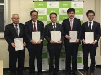 山本福島県土木部建築担当次長を囲み、他の工区を担当される代表の方々と撮影