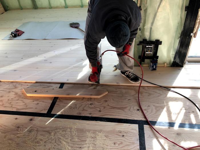 フロアタッカーで施工していきます。郡山市安積町  郡山市 新築住宅 大原工務店のブログ