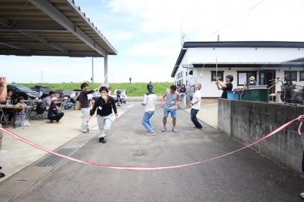 パン食い競走をしているところです。郡山市安積町|郡山市 新築住宅 大原工務店のブログ
