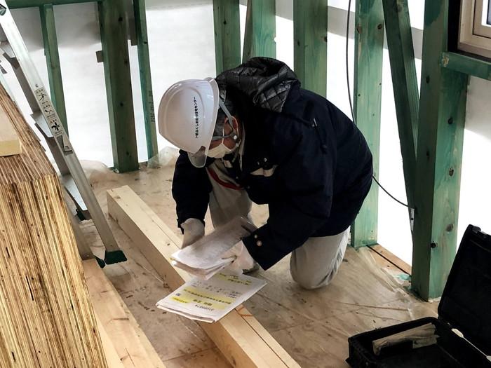 検査用紙に記入している写真です。郡山市喜久田町F様邸| 郡山市 新築住宅 大原工務店のブログ