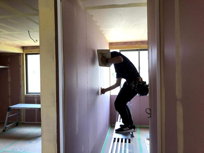 壁紙の下地処理です。|郡山市 新築住宅 大原工務店のブログ
