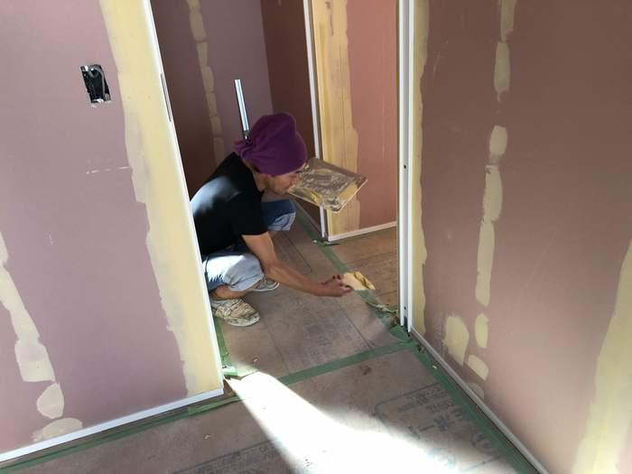 大原工務店で新築注文住宅建築中H様邸、パテを塗っております。郡山市安積町| 郡山市 新築住宅 大原工務店のブログ