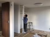 大原工務店で建てている新築注文住宅のクローゼット扉つけてます。郡山市開成| 郡山市 新築住宅 大原工務店のブログ