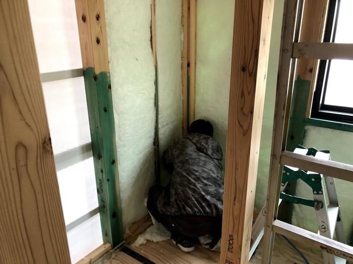 断熱材を施工している写真です。須賀川市森宿W様邸| 郡山市 新築住宅 大原工務店のブログ