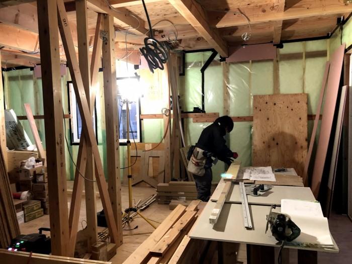 寸法を測って切っていきます。郡山市喜久田町 郡山市 新築住宅 大原工務店のブログ