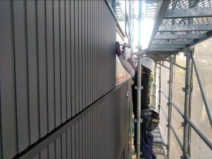 外壁を職人さんが施工して行きます。|郡山市 新築住宅 大原工務店のブログ