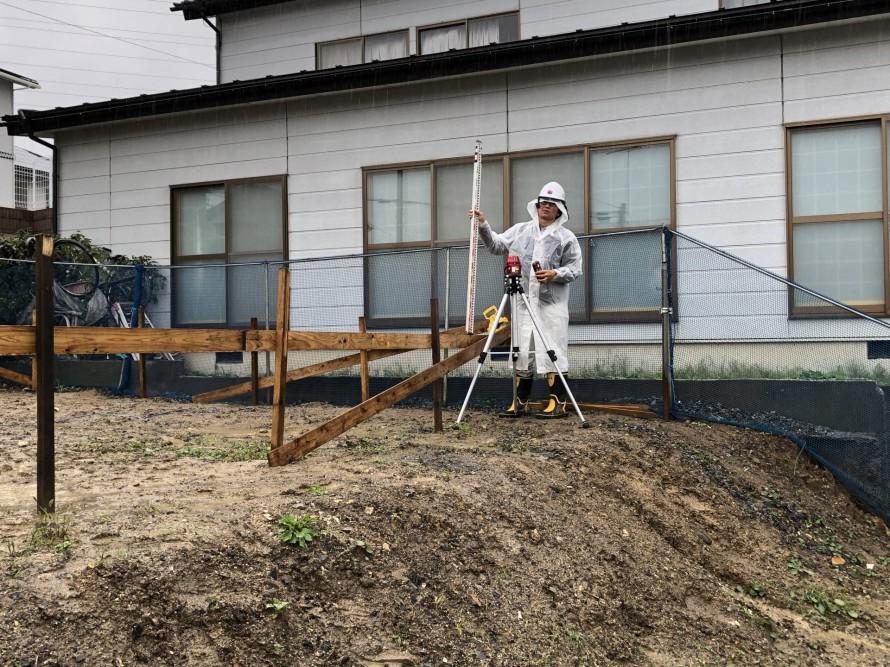 貫板の高さを確認する加藤|郡山市 新築住宅 大原工務店のブログ