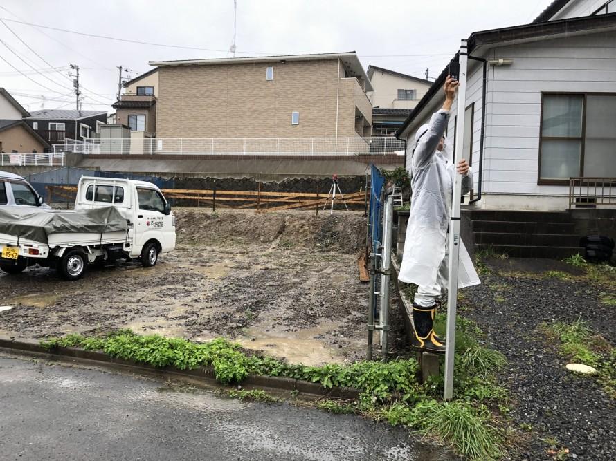 ベンチマークの高さを確認する加藤|郡山市 新築住宅 大原工務店のブログ