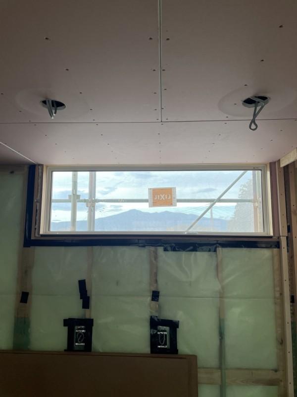 キッチン後ろのサッシから、安達太良山が見えます。本宮市高木  郡山市 新築住宅 大原工務店のブログ