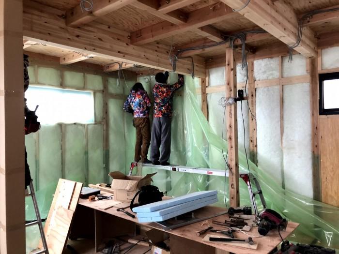 防湿・気密シートを施工している様子です。郡山市深沢|郡山市 新築住宅 大原工務店のブログ
