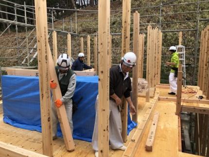 柱をみんなで建てていきます。|郡山市 新築住宅 大原工務店のブログ