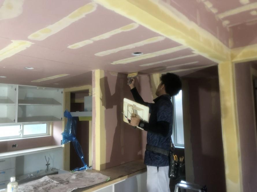 郡山市大槻町のW様邸新築工事ではクロス工事が始まりました|郡山市 新築住宅 大原工務店のブログ