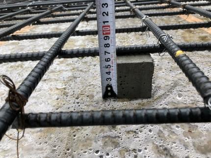 スペーサーブロックが60mmの厚さを確保してるか確認です。田村市船引町|郡山市 新築住宅 大原工務店のブログ