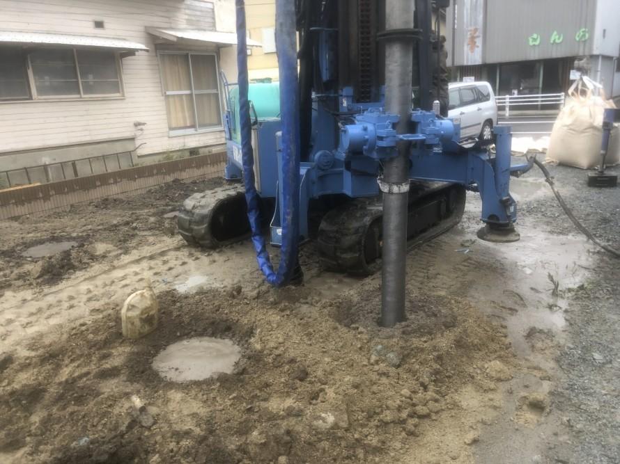 セメントを攪拌させながら穴を掘っていきます|郡山市 新築住宅 大原工務店のブログ