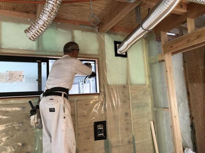 大原工務店で工事中の新築モデルハウスの断熱材充填の様子です。郡山市安積町| 郡山市 新築住宅 大原工務店のブログ