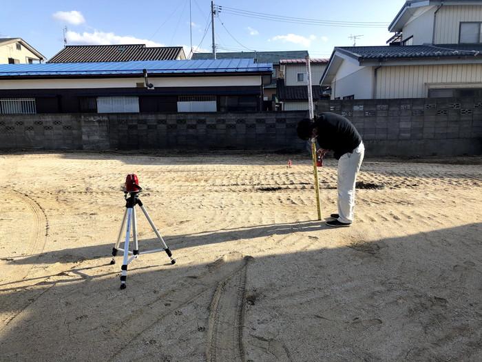 敷地内の高さを測っていきます。郡山市富田町  郡山市 新築住宅 大原工務店のブログ