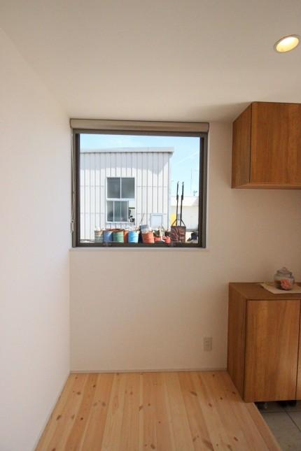 郡山市田村町モデルハウス玄関YKKAPすべり出し窓
