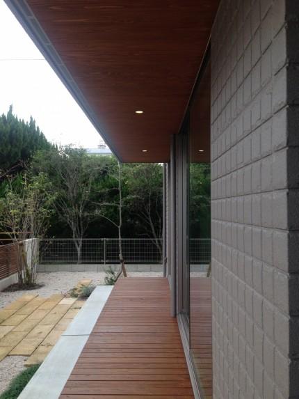 軒天に木を張りダウンラウトを埋め込むことでデザイン性の高い仕上がりに