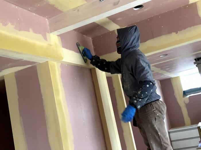 壁の下地処理を行っていきます。郡山市安積町| 郡山市 新築住宅 大原工務店のブログ