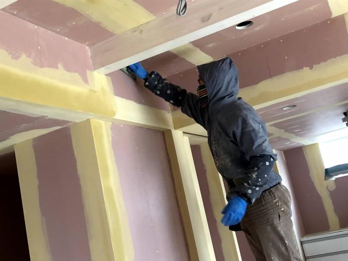 クロス屋さんがパテを削って平らにしています 郡山市安積町 |郡山市 新築住宅 大原工務店のブログ