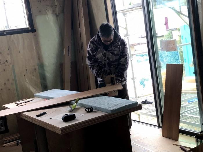 床材を切っているところです。郡山市深沢|郡山市 新築住宅 大原工務店のブログ