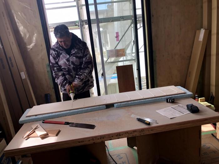 床材にボンドを塗っていきます。郡山市深沢|郡山市 新築住宅 大原工務店のブログ