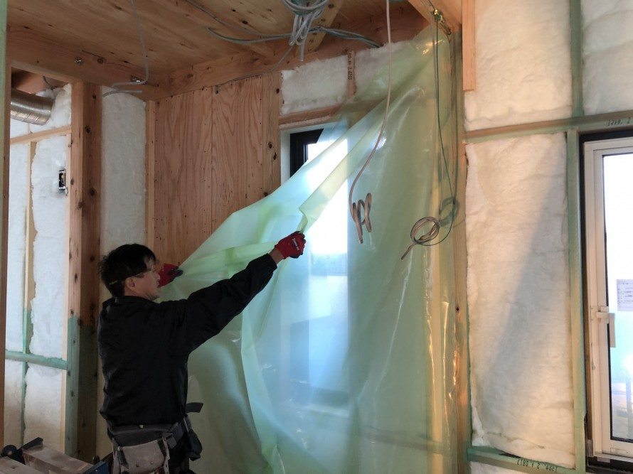 郡山市富久山町の新築住宅で防湿気密シートを施工中|郡山市 新築住宅 大原工務店のブログ