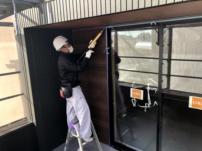 シーリング打設している様子です。須賀川市森宿| 郡山市 新築住宅 大原工務店のブログ
