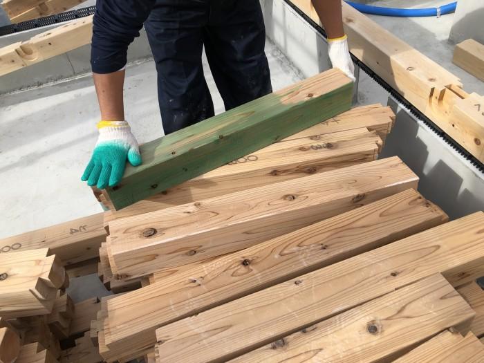 防蟻剤を塗っている様子です。郡山市熱海町| 郡山市 新築住宅 大原工務店のブログ