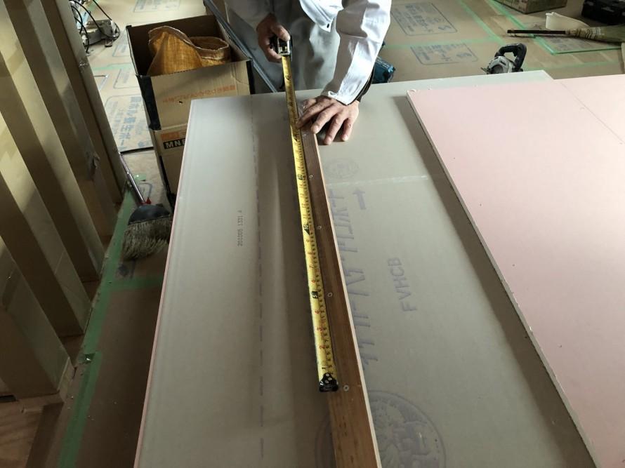 バカ棒と呼ばれる棒でビス位置を印をつけます|郡山市 新築住宅 大原工務店のブログ
