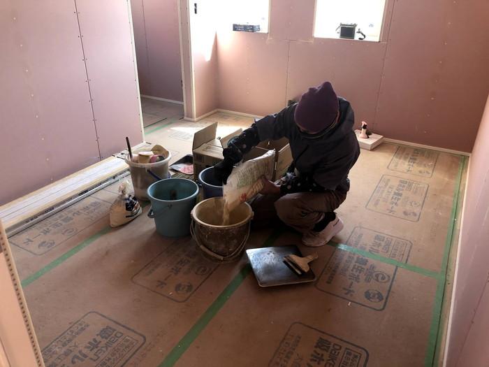 クロス屋さんが混ぜていきます。郡山市喜久田町F様邸| 郡山市 新築住宅 大原工務店のブログ