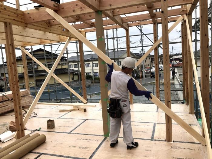 柱を組み立てている様子です。郡山市安積町|郡山市 新築住宅 大原工務店のブログ
