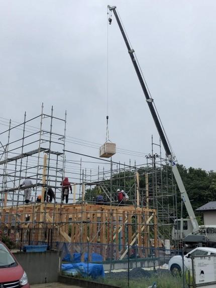 上棟では、クレーン車で一気に柱を上げます。須賀川市北横田|郡山市 新築住宅 大原工務店のブログ