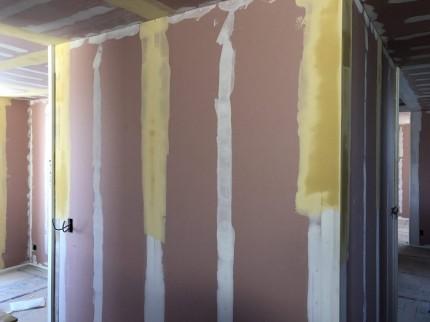 下地(パテ)は数回に分けて塗っていきます。田村郡三春町|郡山市 新築住宅 大原工務店のブログ