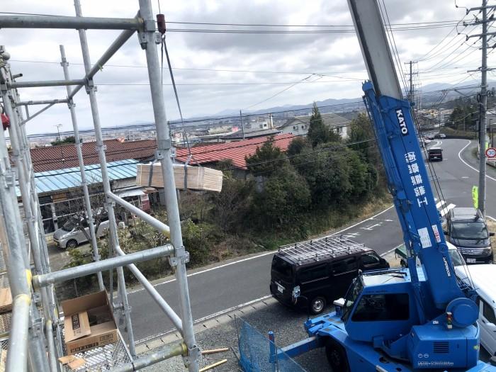 レッカー車で木材を上に上げていきます。郡山市安積町|郡山市 新築住宅 大原工務店のブログ
