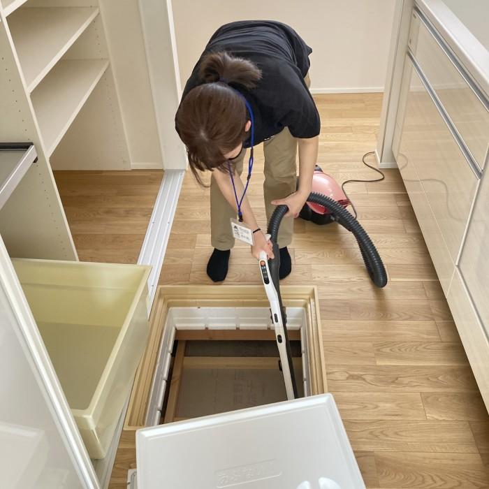 新築注文住宅の床下点検口を掃除しているところです。郡山市喜久田町| 郡山市 新築住宅 大原工務店のブログ