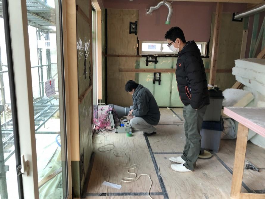 気密部材を取り扱うメーカーさん立ち合いの元、気密測定|郡山市 新築住宅 大原工務店のブログ