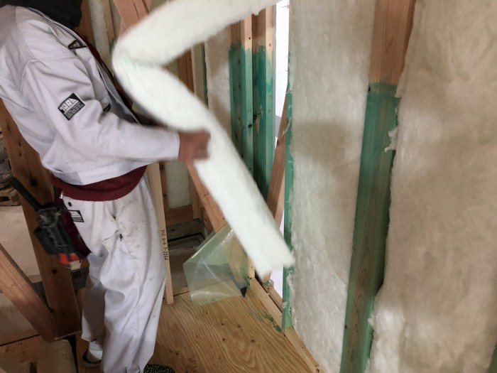断熱材を施工しているところです。田村郡三春町| 郡山市 新築住宅 大原工務店のブログ