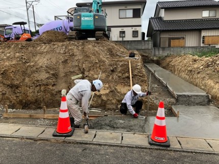 L型擁壁のベースコンクリート打設です。