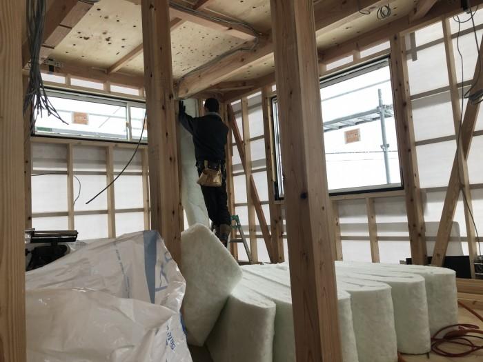 アクリアウールを充填しているところです。二本松市| 郡山市 新築住宅 大原工務店のブログ