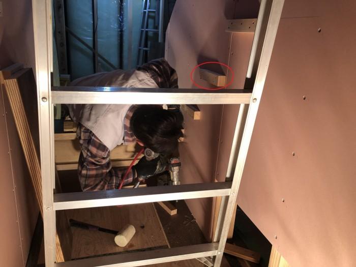 階段を支える両端の木材を組み付けています。郡山市熱海町| 郡山市 新築住宅 大原工務店のブログ