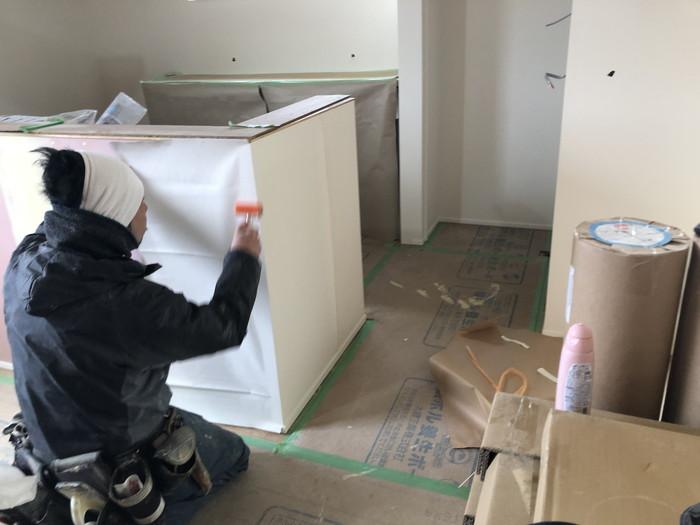 ローラーを使って張り付けていきます。須賀川市和田H様邸  郡山市 新築住宅 大原工務店のブログ