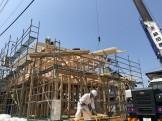 クレーン車を使って棟木を上げていきます。福島県会津若松市|郡山市 新築住宅 大原工務店のブログ