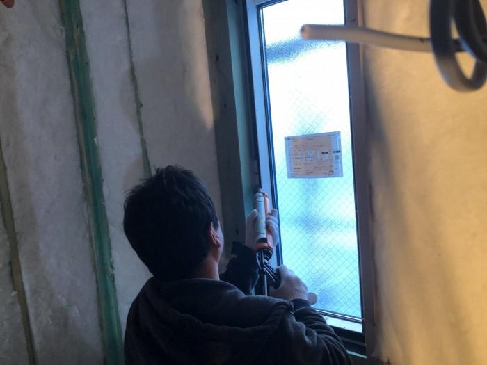 窓廻りの気密処理です。郡山市安積町| 郡山市 新築住宅 大原工務店のブログ