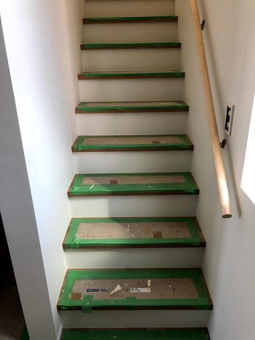 大原工務店で新築注文住宅建築中K様邸、階段クロス貼りました。郡山市安積町| 郡山市 新築住宅 大原工務店のブログ