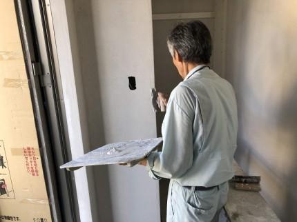 下地処理が終わったら漆喰を塗っていきます。田村市船引町|郡山市 新築住宅 大原工務店のブログ