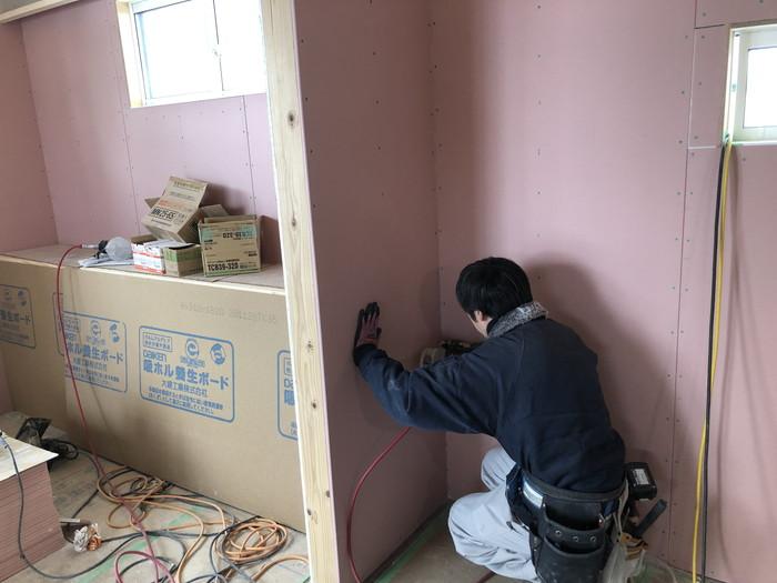 石膏ボードを張り付けていきます。二本松市Y様邸| 郡山市 新築住宅 大原工務店のブログ