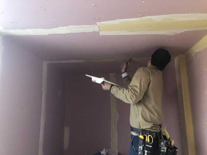 クロス屋さんが塗っていきます。郡山市熱海町Y様邸| 郡山市 新築住宅 大原工務店のブログ