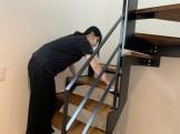 階段を雑巾で綺麗にしています。郡山市富田町| 郡山市 新築住宅 大原工務店のブログ