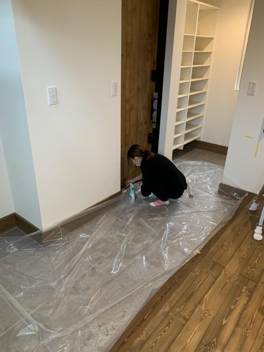 玄関ドアの溝を掃除しています。郡山市富田町| 郡山市 新築住宅 大原工務店のブログ